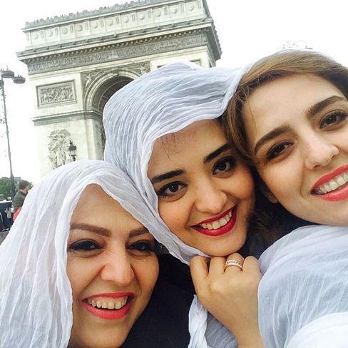 عکس نرگس محمدی در کنار خواهر و مادرش در پاریس