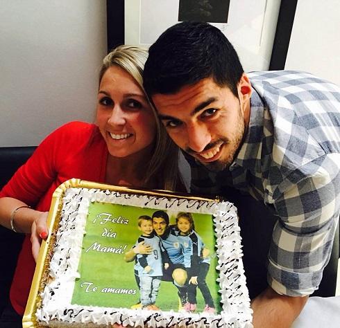عکس لوئیز سوارز در کنار همسرش در روز مادر