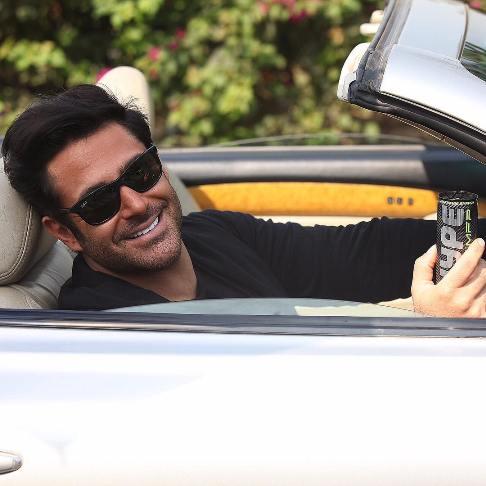 عکس محمدرضا گلزار در ماشین گرانقیمتش در حال تبلیغ نوشابه!