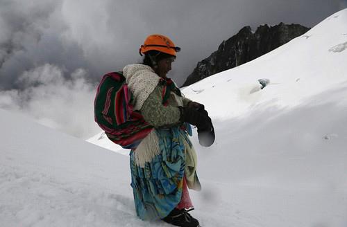 عکس های زنان در حال کوهنوردی با دامن چین دار و رنگارنگ!