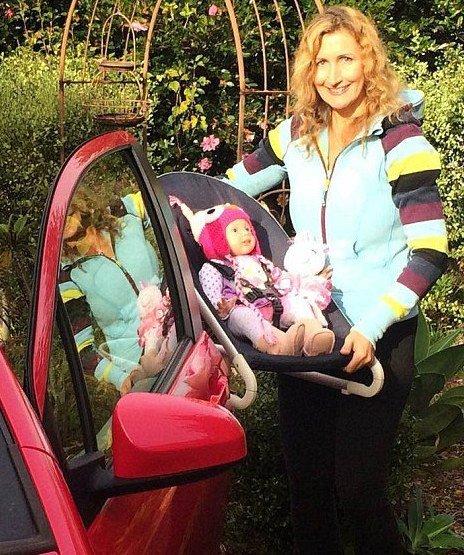 زندگی جالب و عجیب زنی که با 37 عروسک هایش زندگی می کند