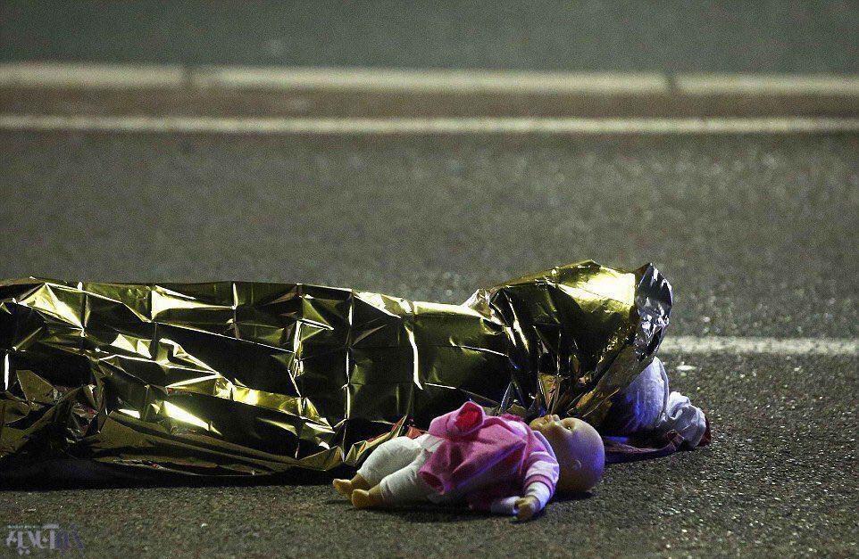 عکس غم انگیز و تاثیرگذار از حمل تروریستی فرانسه