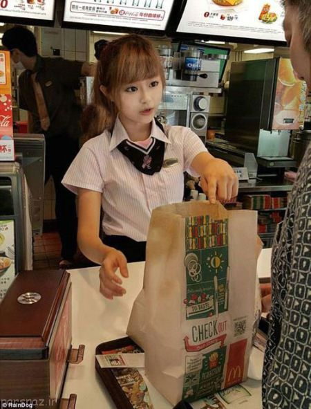 دختر گارسون خوشگل باعث پولدار شدن صاحب رستوران شد! (عکس)