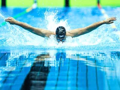 شنا نکردن دختران با پسران در استخر مختلط باعث اخراج آنها شد!
