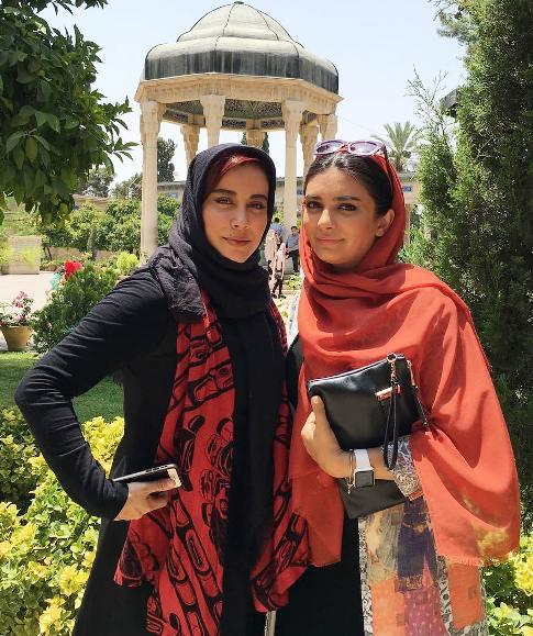 عکس لیندا کیانی و آشا محرابی در حافظیه شیراز
