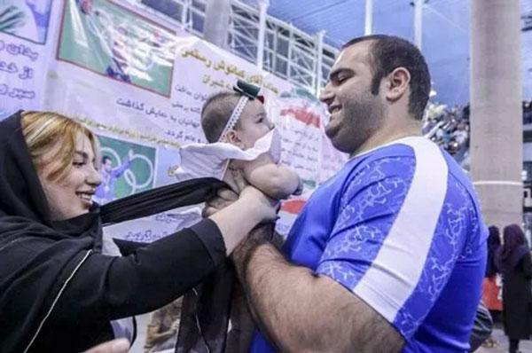 عکس بهداد سلیمی در کنار همسر و دخترش