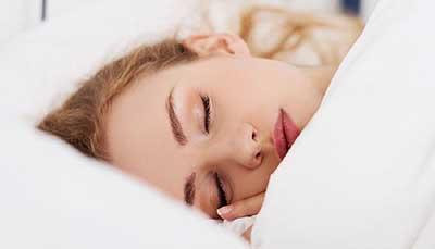 چرا باید قبل از خواب آرایش صورت را پاک کرد؟