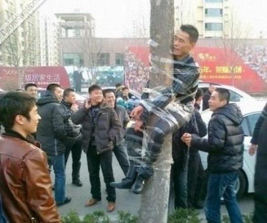 روش عجیب تنبیه مزاحم ناموس مردم در چین!