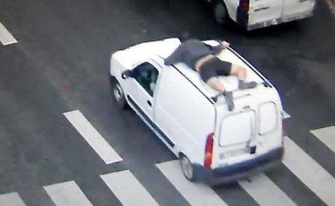 برهنه شدن یک مرد روی سقف اتومبیلش برای تعقیب دزدان