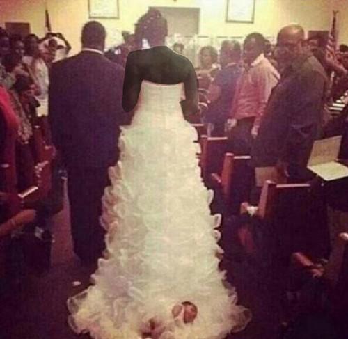 نوزاد روی لباس عروس