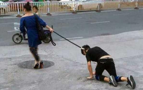 عکس های زنی که نامزدش را با قلاده سگ در شهر می چرخاند