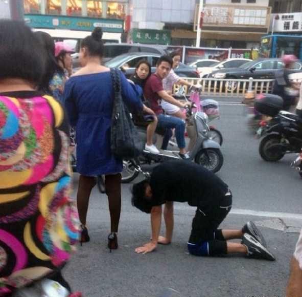 عکس زن چینی با قلاده سگ همسرش را می کشید