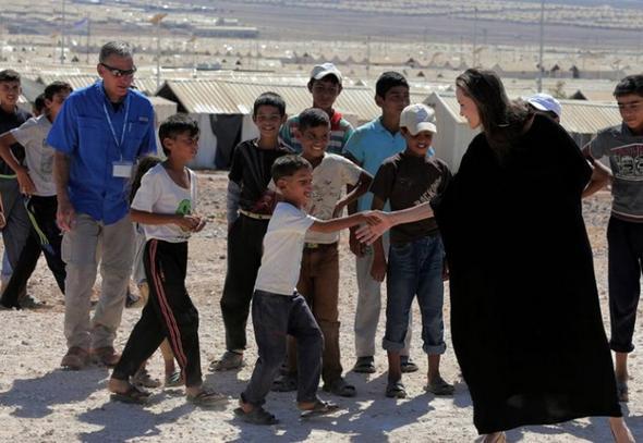 تصاویر آنجلینا جولی در حال بازدید از پناهجویان و آوارگان سوریه آنجلینا جولی ستاره هالیوود و سفیر حسن نیست سازمان ملل در امور پناهندگان در کمپ آوارگان الارزق در شما اردن حاضر شد. آنجلینا جولی تاکید کرد که رهبران جهان باید راهی برای پایان دادن به جنگ سوریه پیدا کنند.