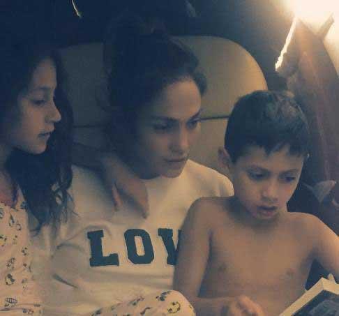 عکس جدید جنیفر لوپز در کنار فرزندانش درحال کتاب خواندن