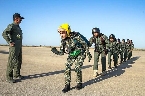 عکس های دختر چترباز ایرانی که جوان ترین دختر چترباز ایران است