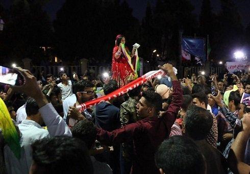 رقص دختر ایرانی پس از باخت پرسپولیس در خیابان به دلیل خوشحالی