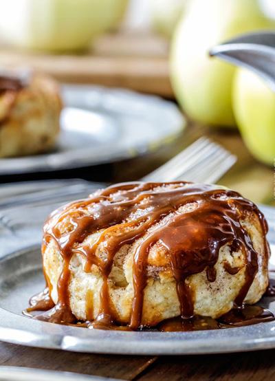 پیراشکی سیب با سس بادام