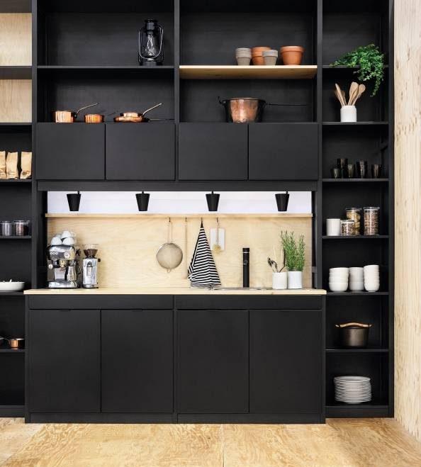 ایده ای زیبا از دکوراسیون چوبی آشپزخانه با کابینت مشکی و کرم