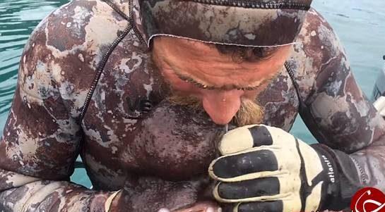 عکس ها چندش آور مردی که یک هشت پا را زنده زنده می خورد!