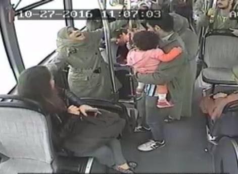 زایمان طبیعی زن جوان در اتوبوس شلوغ و مقابل چشم جمعیت! +تصاویر