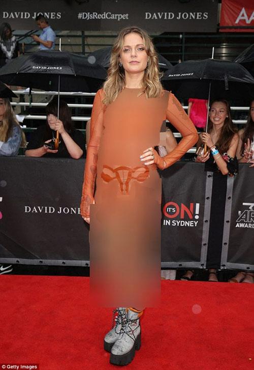 عکس اندام جنسی زن روی لباس خواننده زن مشهور! + عکس لباس عجیب