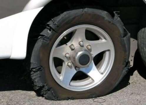 هنگام ترکیدن لاستیک خودرو در جاده هنگام رانندگی چه باید کرد؟