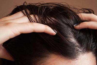 این اشتباهات باعث می شود که موهای شما چرب شود