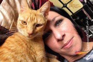 زن 50 ساله با دو گربه نر ازدواج کرد! + عکس زن و گربه ها