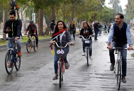 عکس های دختران زیبای عراقی در حال دوچرخه سواری در خیابان های عراق!