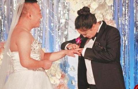 در مراسم عروسی عجیب، عروس لباس دامادی و داماد لباس عروس را پوشید! + تصاویر