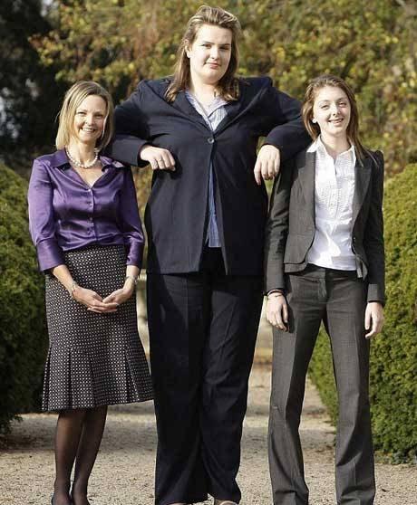 این دختر جوان بزرگ ترین پاهای دنیا را دارد و بزرگ ترین کفش ها را به پا می کند!