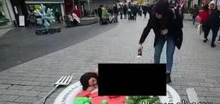 لخت شدن زن جوان به دلیل حمایت از خروس! + عکس زن برهنه
