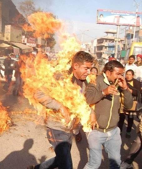 عکس های وحشتناک از لحظه خودسوزی معلم هندی! (18+)