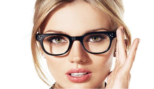 خانم های عینکی برای داشتن آرایشی زیبا و جذاب این نکات را انجام دهید
