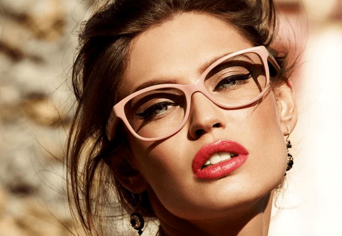 تصویر از خانم های عینکی برای داشتن آرایشی زیبا و جذاب این نکات را انجام دهید