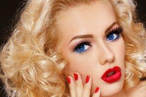 خانم ها با موهای بلوند چگونه آرایش کنند که جذاب تر شوند؟