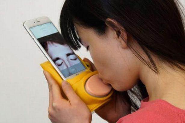 فناوری عجیب لب گرفتن و بوسیدن لب از راه دور! + عکس