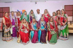 این مرد بطور رایگان برای دختران مراسم عروسی میگیرد + عکس دختران هندی