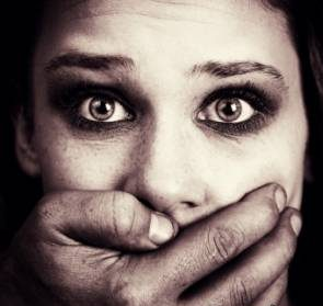 تجاوز دو مرد شیطان صفت به دختر بیهوش + عکس