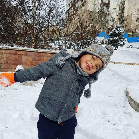 عکس های عاشقانه احسان خواجه امیری و همسرش در حال برف بازی