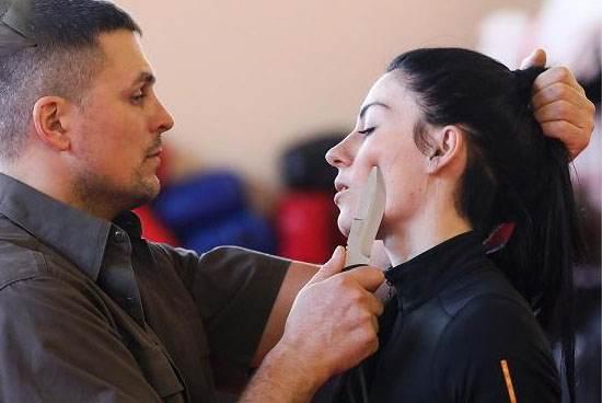 این دختر جذاب و خوش اندام مربی دفاع شخصی مردان است! + تصاویر