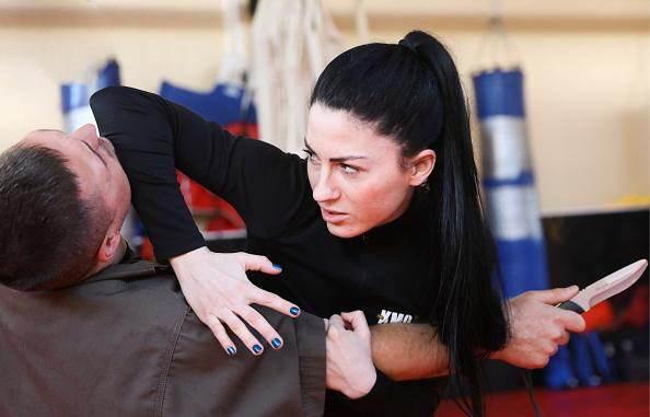 این دختر جذاب و خوش اندام مربی دفاع شخصی مردان است