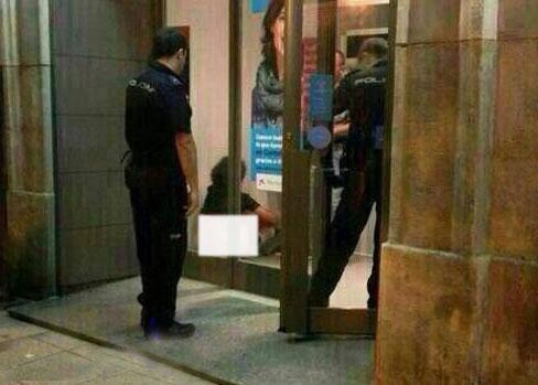 رابطه جنسی بیشرمانه زن و شوهر کنار عابر بانک و در خیابان! + عکس