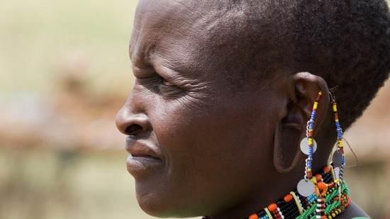استانداردهای زیبایی در کنیا و دیگر بخش های آفریقا لاله گوش کشیده و موهای تراشیده است