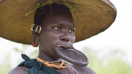 در بخش هایی از آفریقا و آمریکای جنوبی لب های کشیده برای مردها جذاب تر است