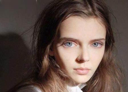 چشمان این دختر مدل بسیار درشت و عجیب هستند!