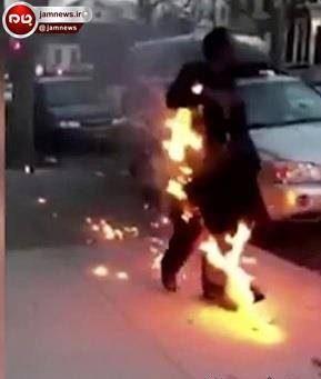 عکس مردی که در اوج آرامش خودسوزی می کرد و راه می رفت!