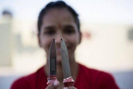 عکس های وحشتناک از کشیدن خط چشم با چاقوی تیز! + تصاویر 14+