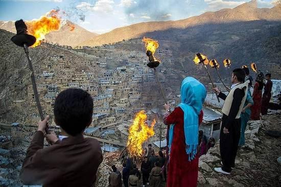 عکس های رقص و پایکوبی دختران کرد در مراسم شعله آتش