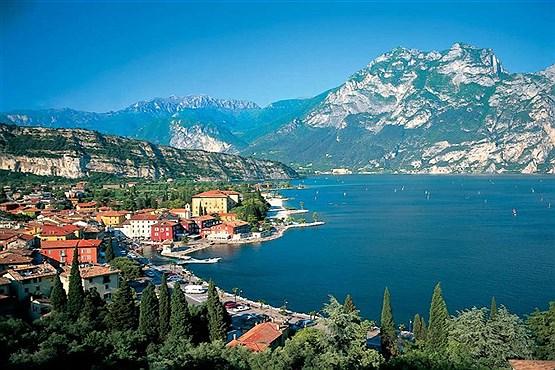 روستای گاردا ، در حاشیه دریاچه گاردا در شمال ایتالیا.